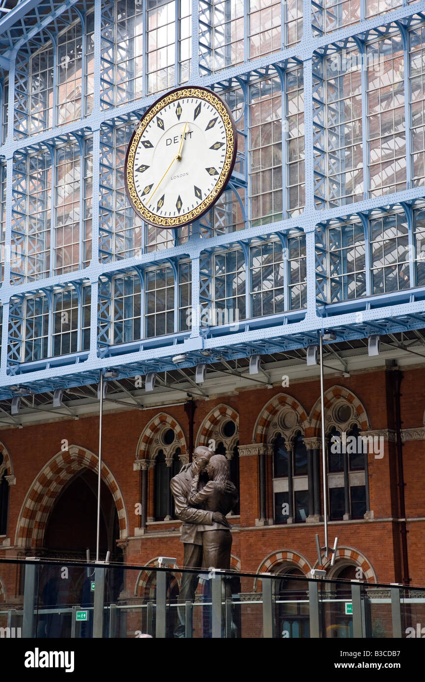 The Meeting Place by Paul Day St Pancras Eurostar Station London - Stock Image