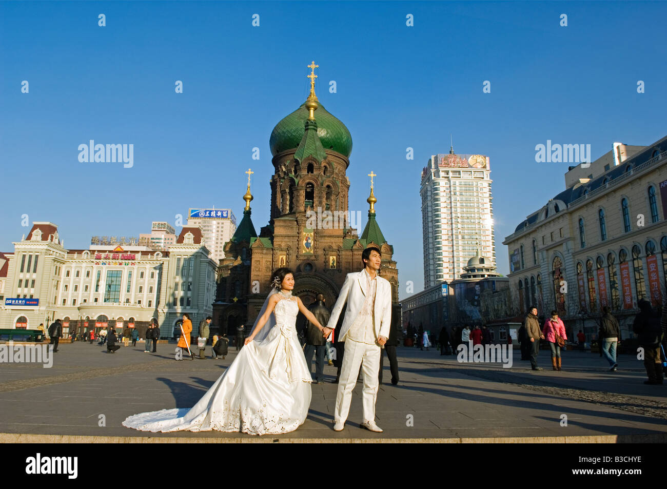 China, Northeast China, Heilongjiang Province, Harbin City. A wedding couple pose for photos in the middle of winter - Stock Image