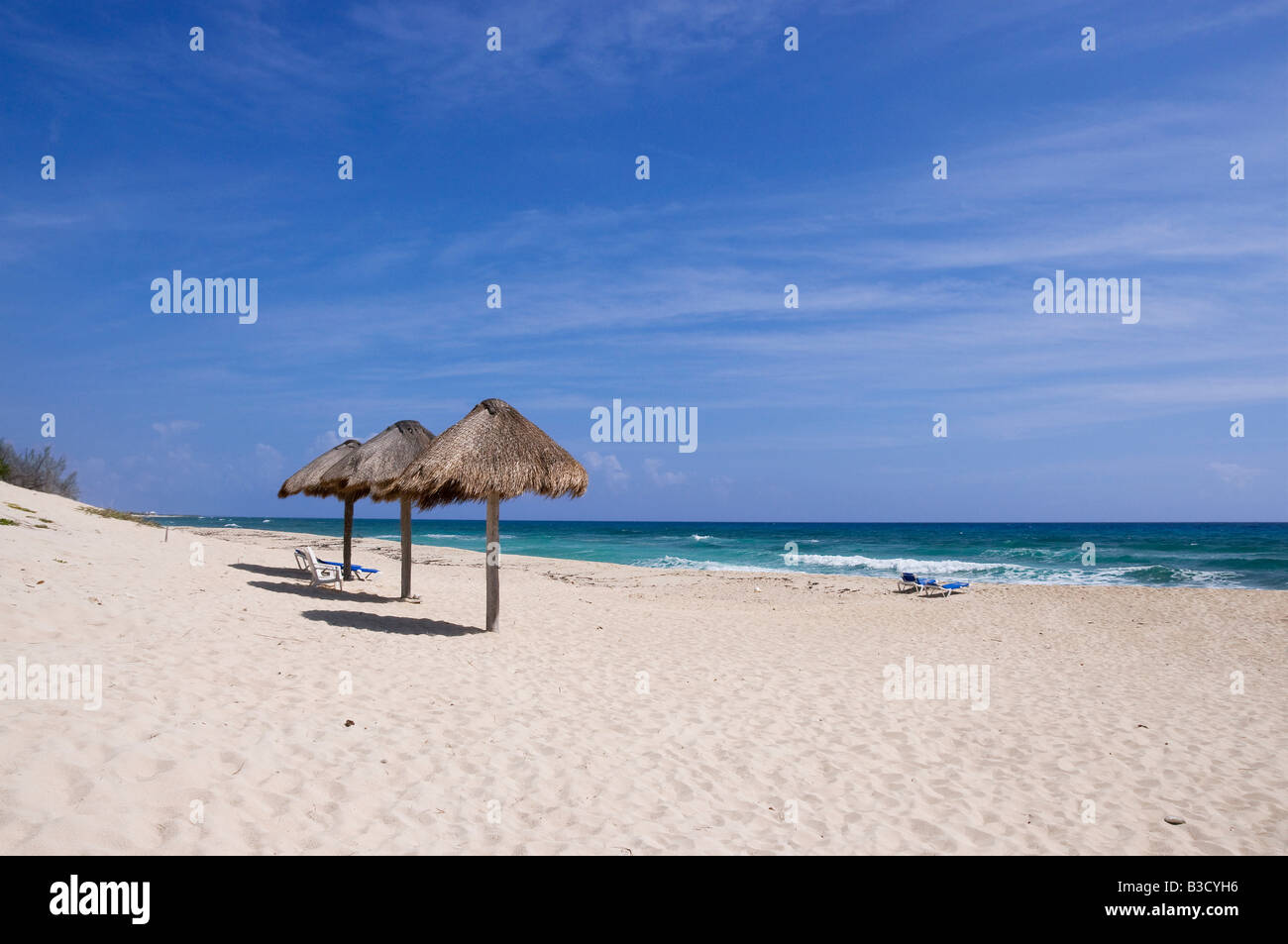 Mexiko, Cozumel, Beach chairs and Palapas on tropical beach - Stock Image