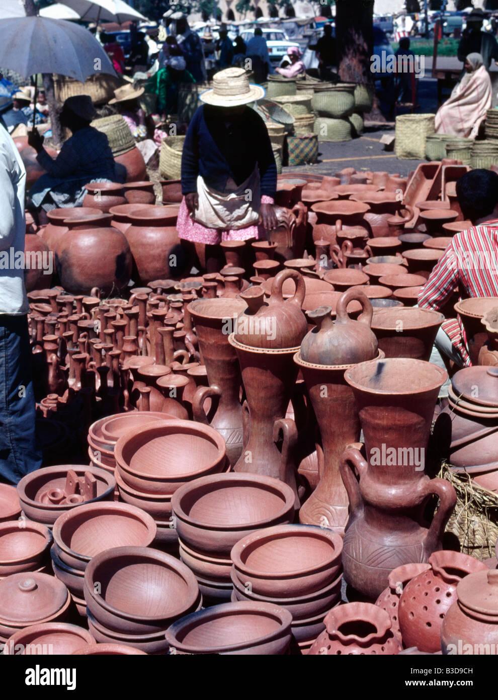Le jour du marché le zoma dans le quartier de l Analakely à Antananarivo ex Tananarive poteries Madagascar - Stock Image