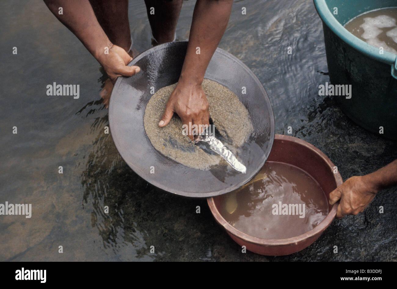 Tamis d orpailleur Fleuve Maroni Guyane française pollution par le mercure Against the law America Close up - Stock Image