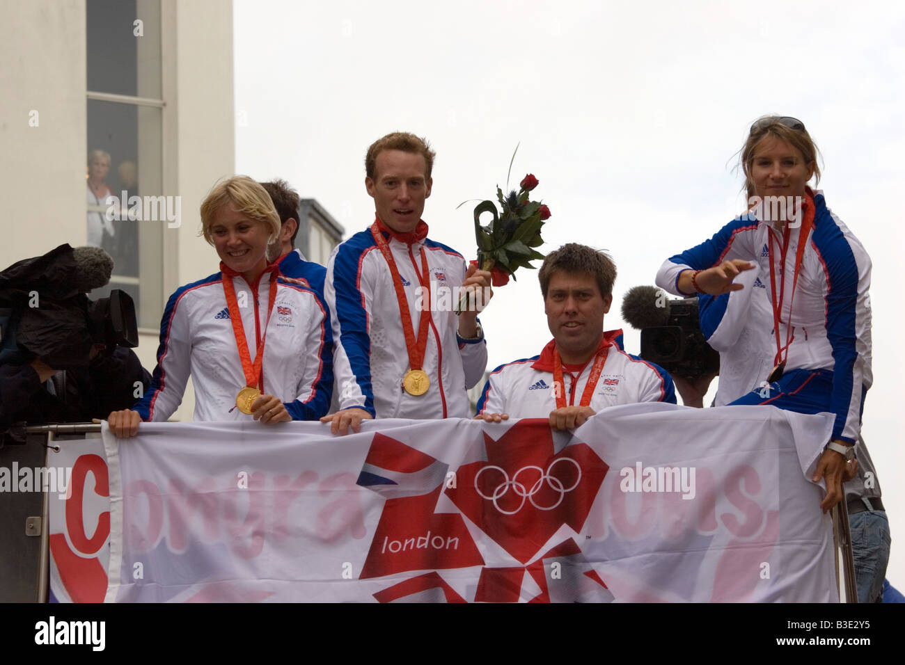 2008 Olympic gold medallists Sarah Ayton, Paul Goodison, and Andrew Simpson with Saskia Clark - Stock Image