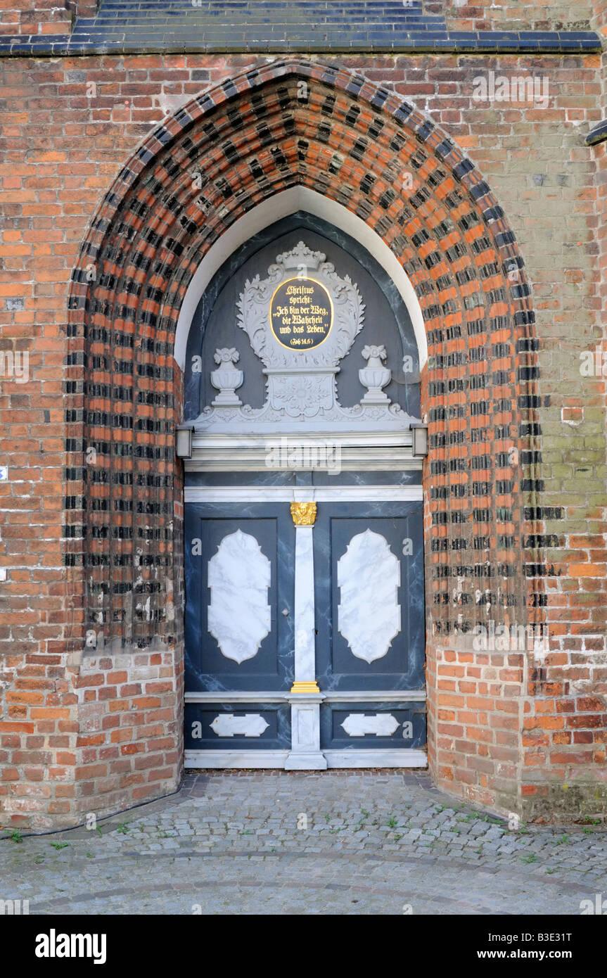 Kirchentür der St Nikolai Kirche in Wismar Deutschland Church door of St Nikolai Church in Wismar Germany - Stock Image