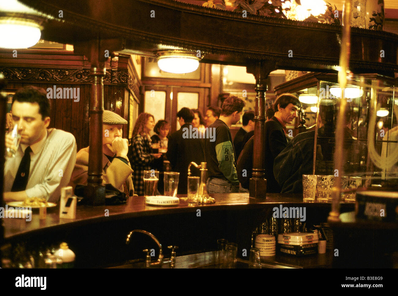 PUB SCENE IN GLASGOW KINGS ARMS MEN AT BAR 1992 - Stock Image