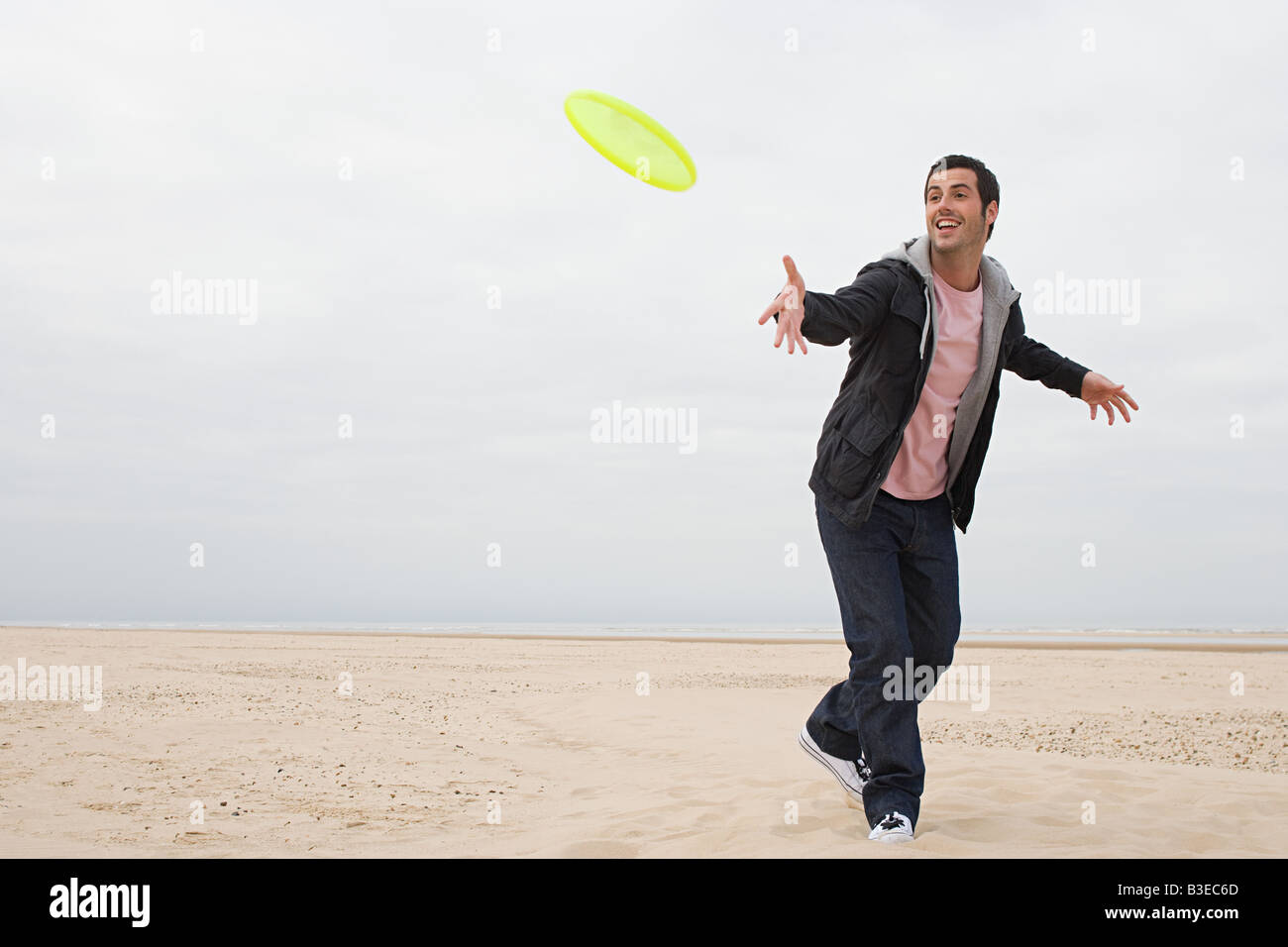 Man throwing a flying disc - Stock Image