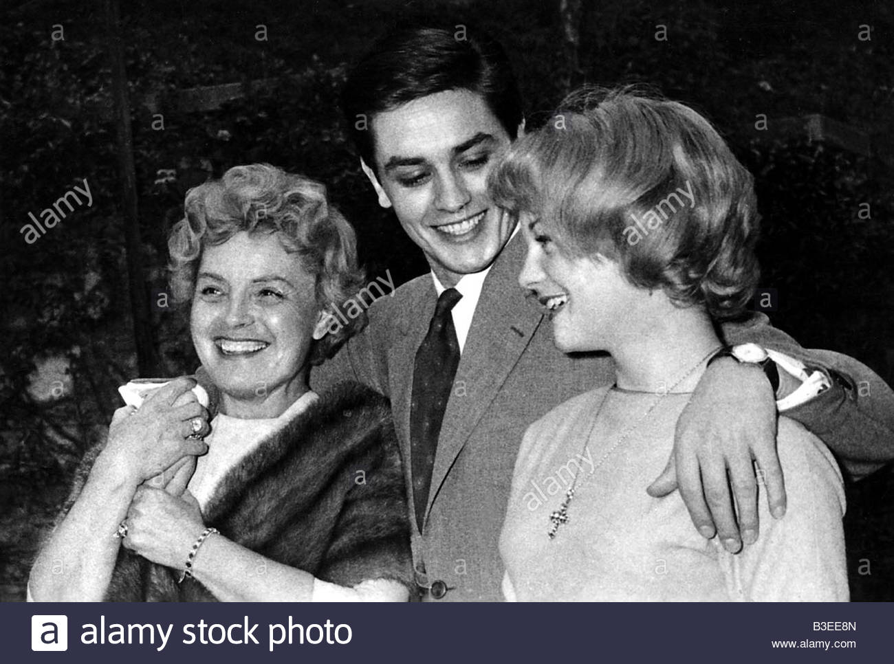 Delon, Alain, * 8.11.1935, French actor, half length, photo with Romy Schneider and her mother Magda Schneider, - Stock Image
