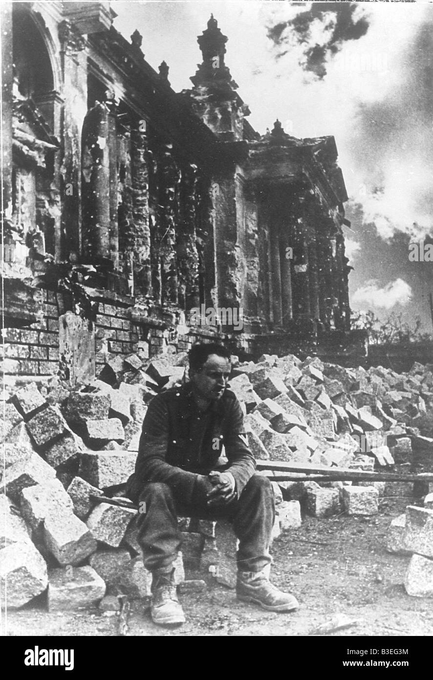 german soldier by the reichstag 1945 stock photo 19374312 alamy