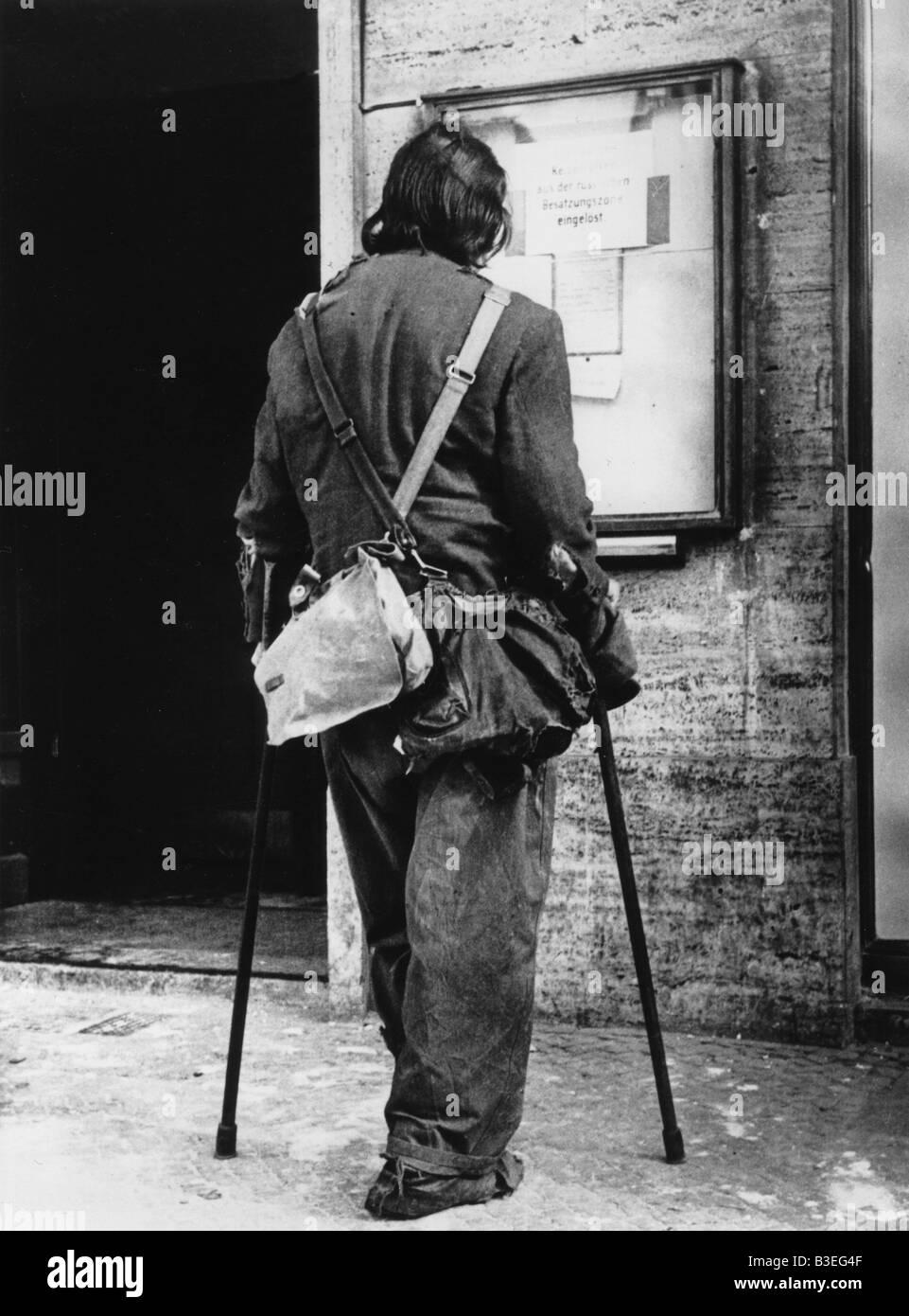 War veteran reading notices/Berlin/1945 - Stock Image