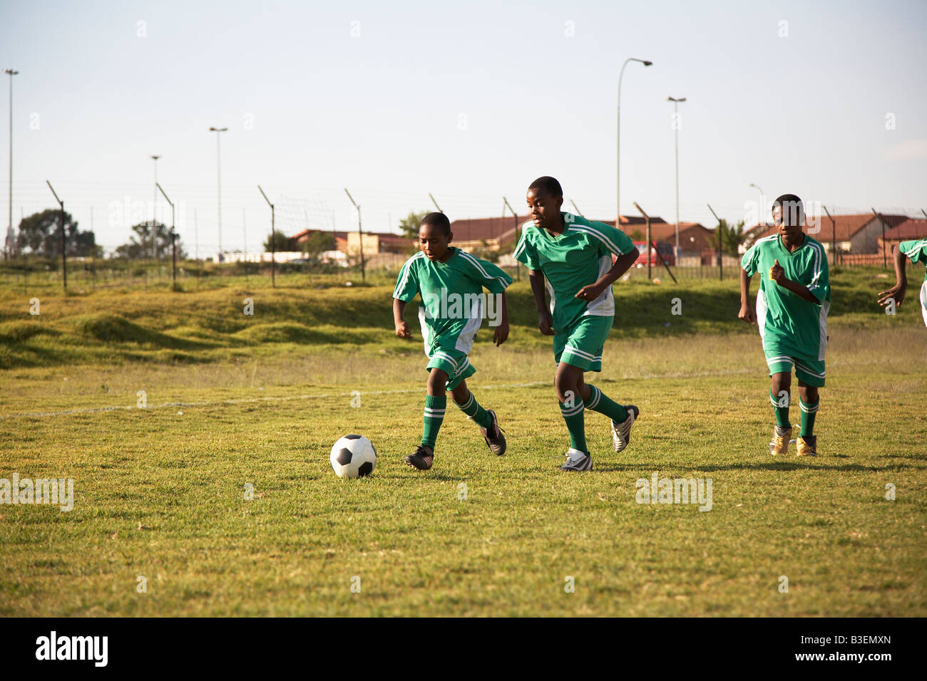 13MA-034 © Monkeyapple  aFRIKA Collection  Great Stock !  Young team playing soccer - Stock Image