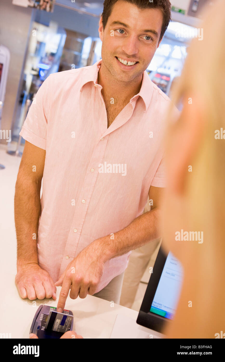 Man paying for purchases with credit card - Stock Image