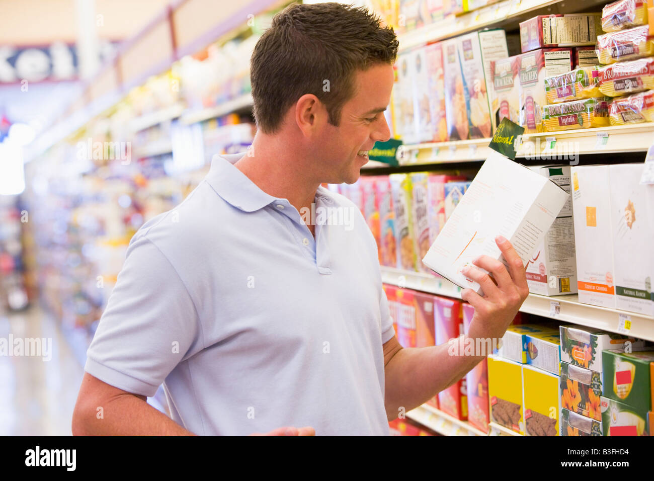 Man shopping at grocery store - Stock Image