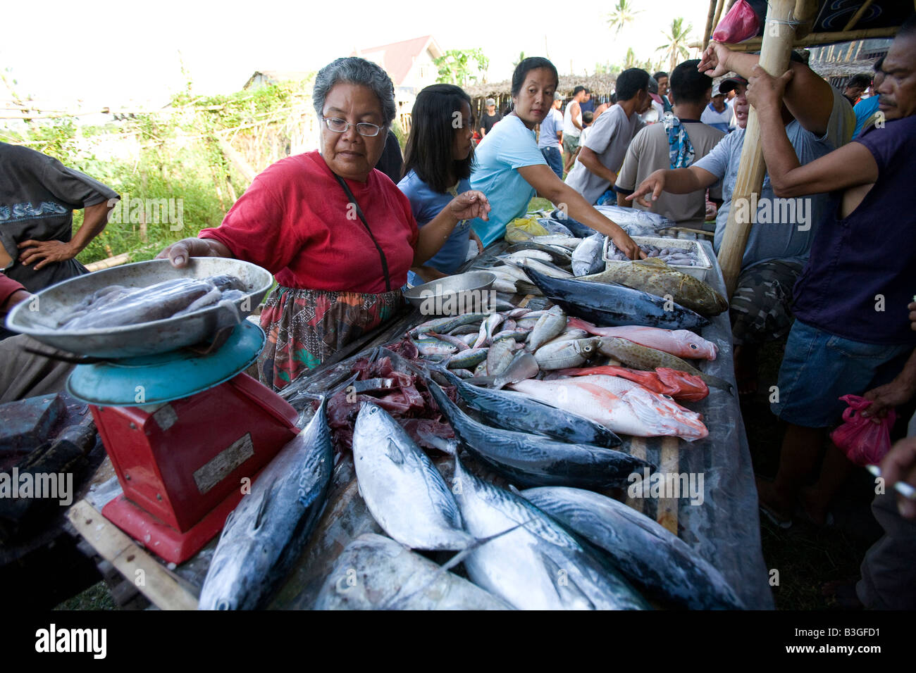 Filipinos shop at a seafood vendor s stand outside a cockhouse near Mansalay, Oriental Mindoro, Philippines. - Stock Image