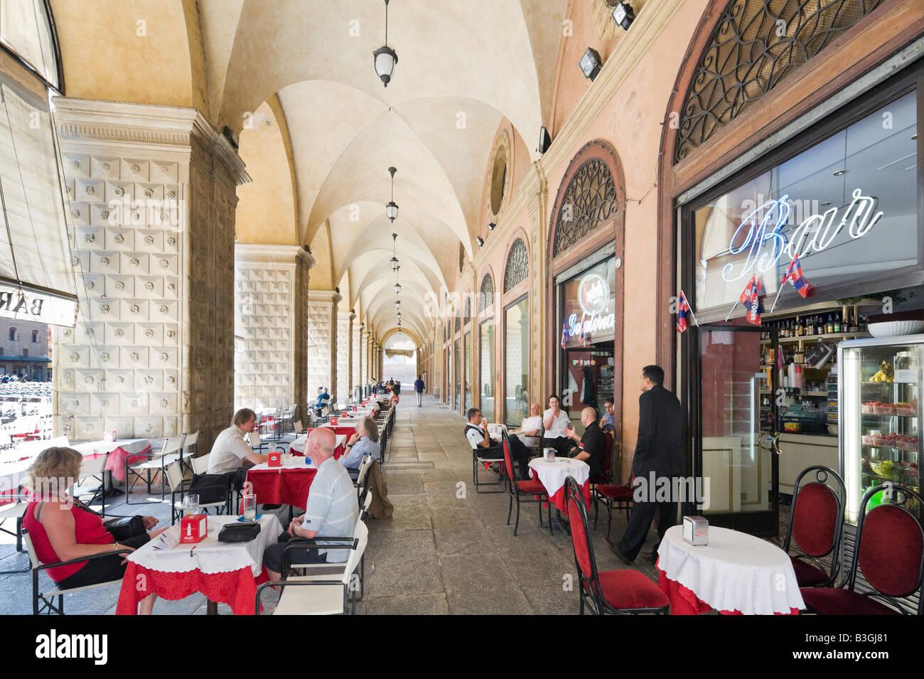 Cafe Bar in a portico in the historic centre, Piazza Maggiore, Bologna, Emilia Romagna, Italy - Stock Image