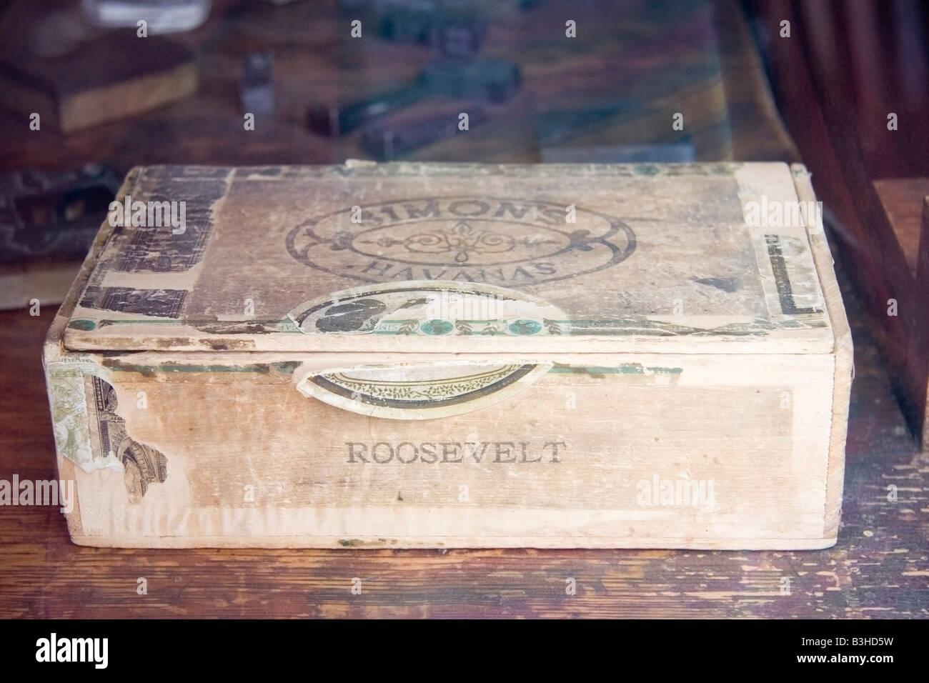 vintage cigar box with broken customs seal - Stock Image
