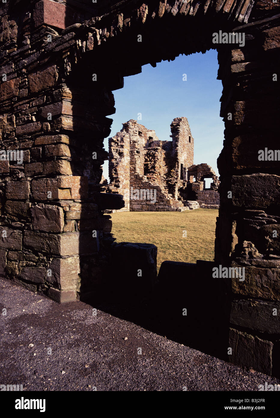 dh Earls Palace BIRSAY ORKNEY Earl Robert Stewart Palace stone walls ruins though doorway in wall Stock Photo