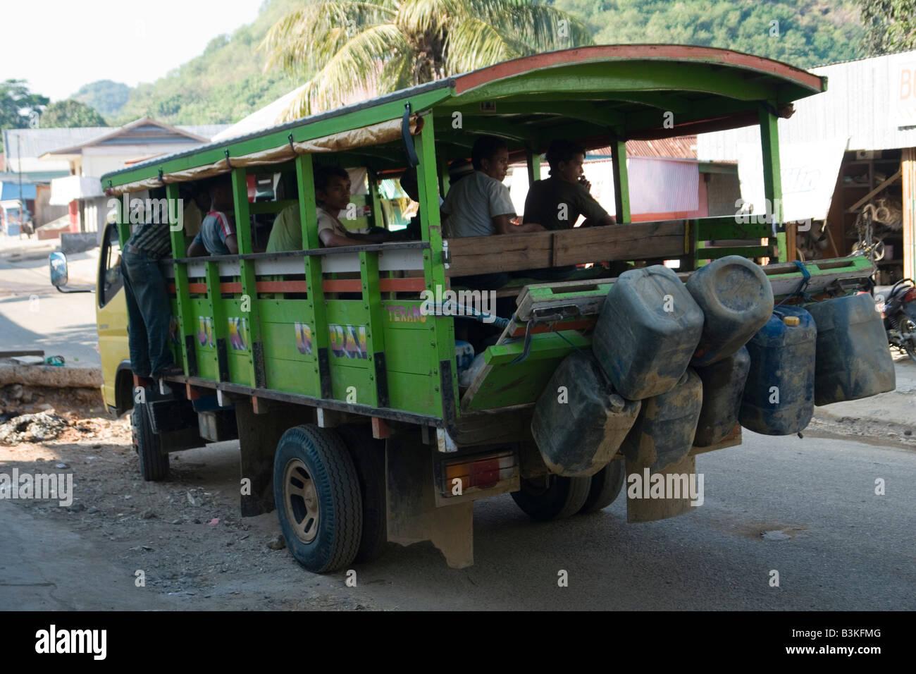About to leave passengers in Flores (Indonesia). A Florès, passagers sur le départ (Indonésie). - Stock Image