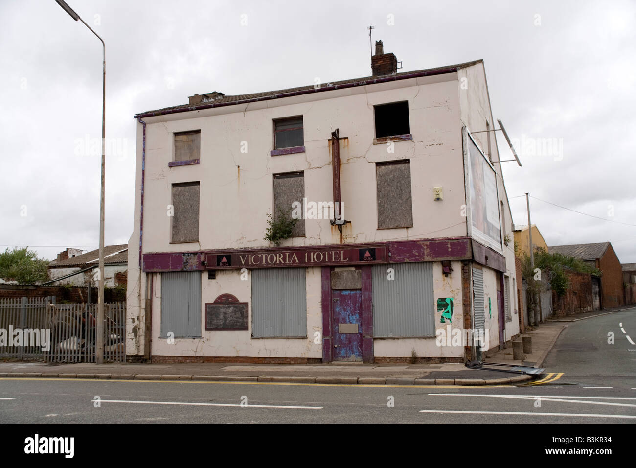 Rundown pub on the dock road in Liverpool - Stock Image