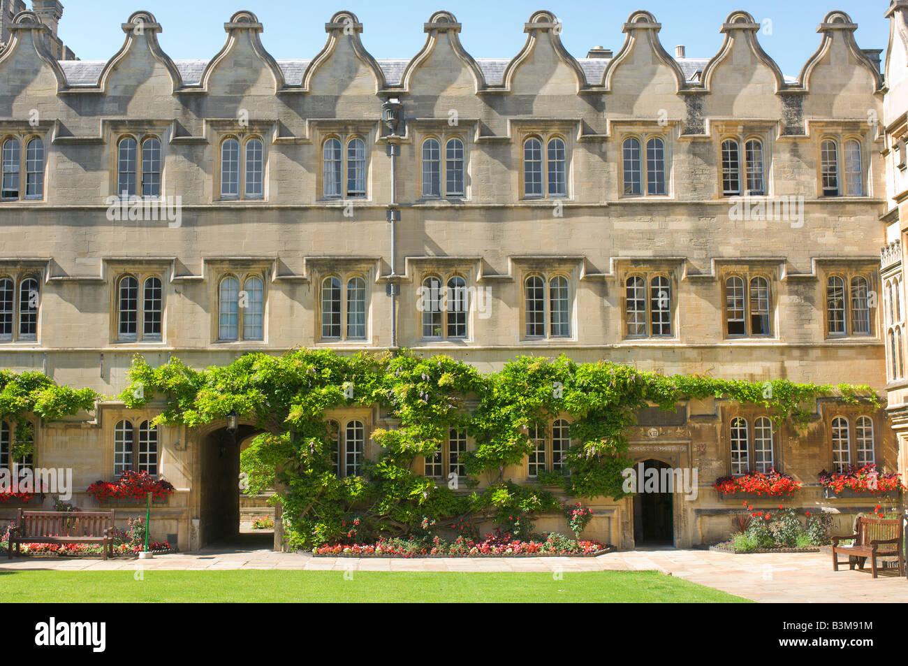 Summer sunshine on the quadrangle at Jesus college, university of Oxford, England. - Stock Image