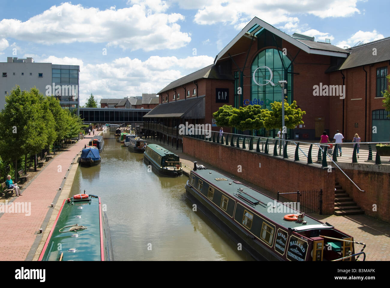 A view along the Oxford Canal at Castle Quays shopping centre, Banbury, Oxfordshire, UK. - Stock Image