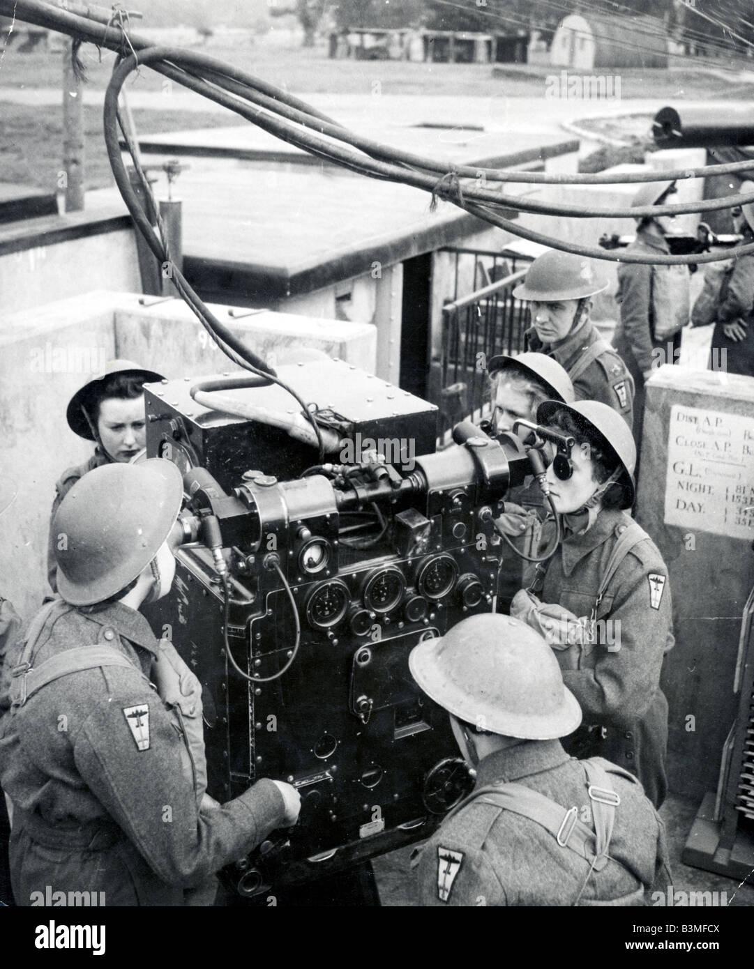 BRITISH WAAFS (Womens Army Air Force) training on radar-predicted anti-aircraft guns during WW2. - Stock Image