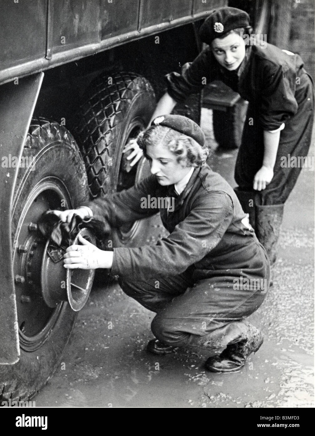 BRITISH WOMEN training as support engineers during WW2 - Stock Image