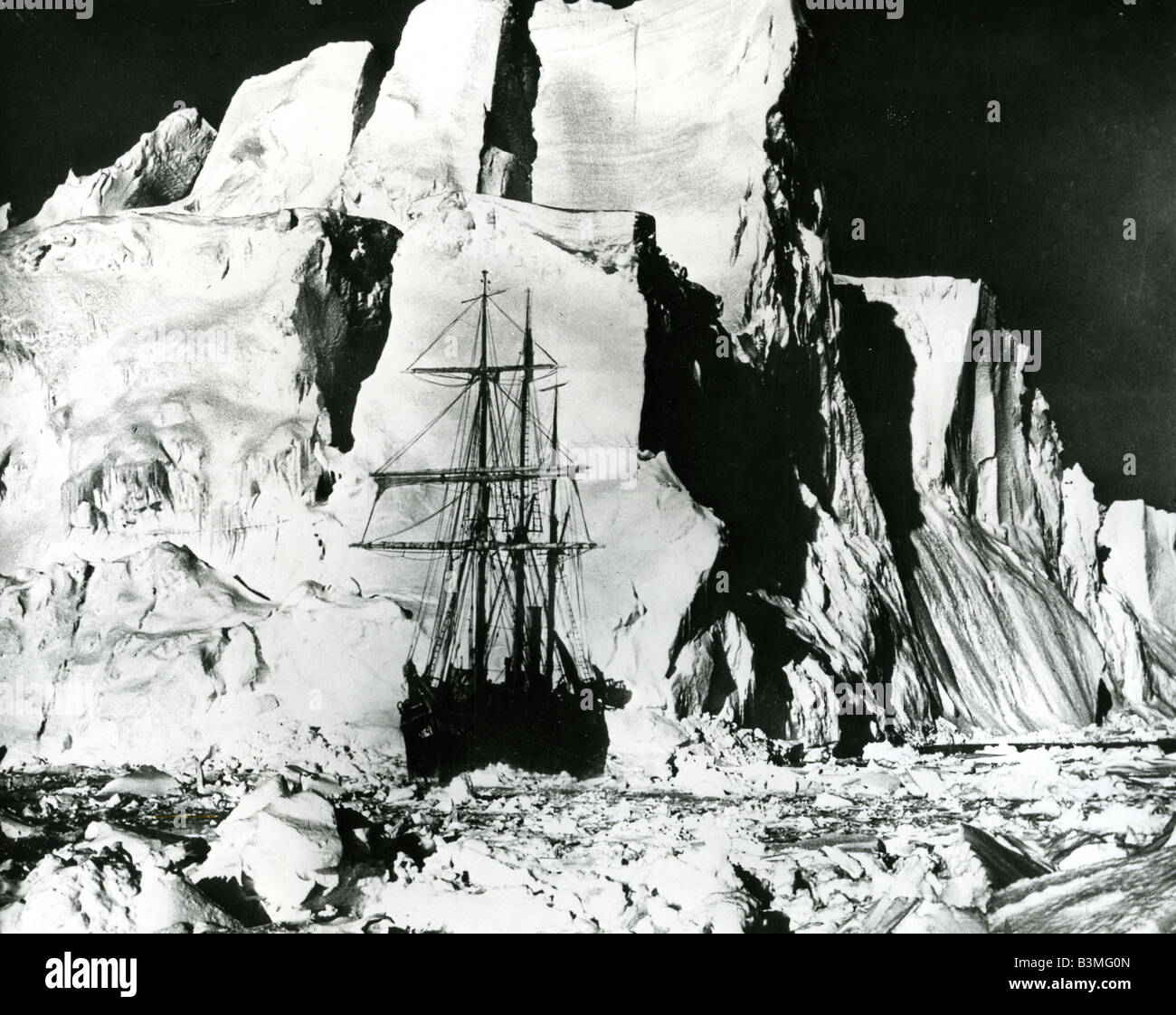 SHACKELTON'S ENDURANCE stuck in the Antarctic ice in 1915 - Stock Image