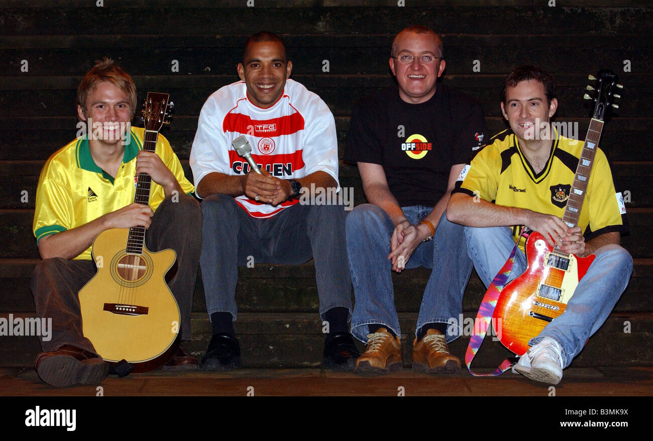 Offside tv programme october 2003 Fame Academy footballers 3 Off The Ball presenter Tam Cowan 3rd left with the - Stock Image