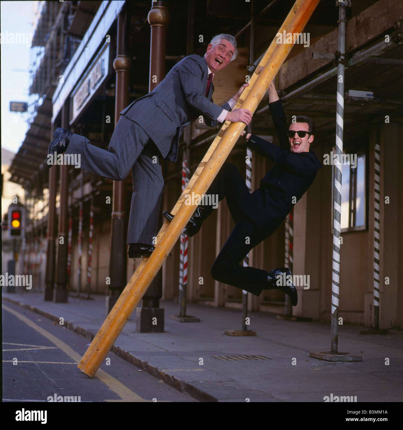 Johnny Beattie comedian February 1990 with comedian Stu Who mirrorpix - Stock Image
