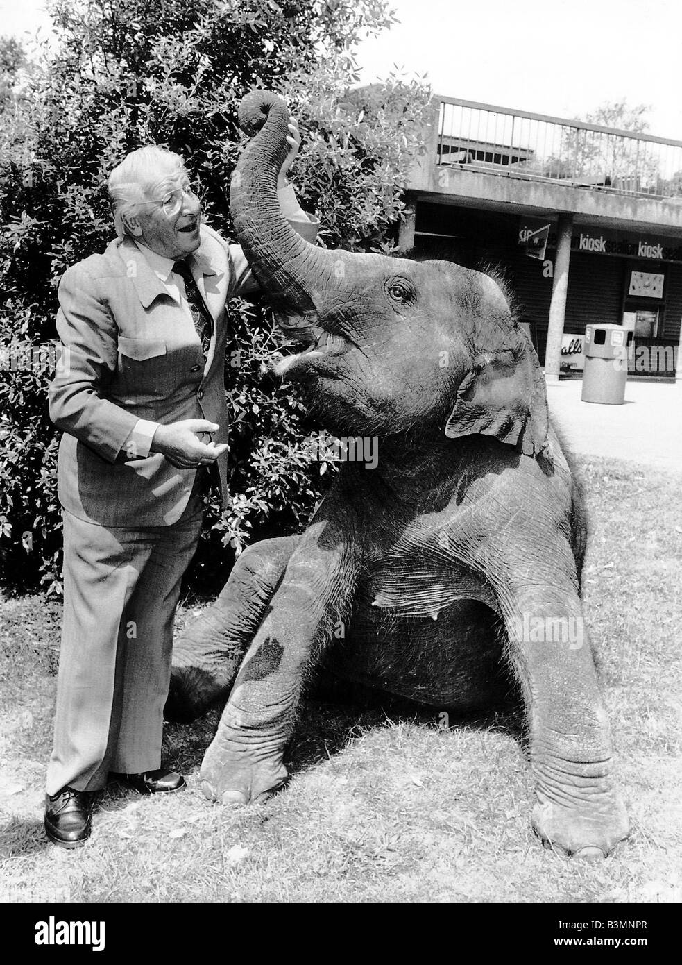 Johnny Morris TV Presenter of Animal Programmes with Layang the Elephant at an Animal Park - Stock Image