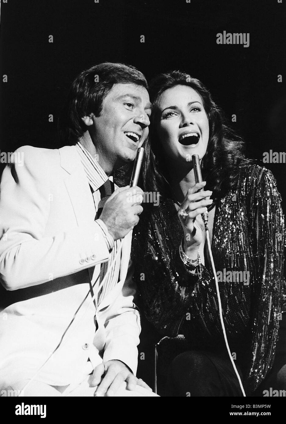 Des O Connor TV Presenter Comedian in singing duet with Lynda Carter on his BBC show - Stock Image