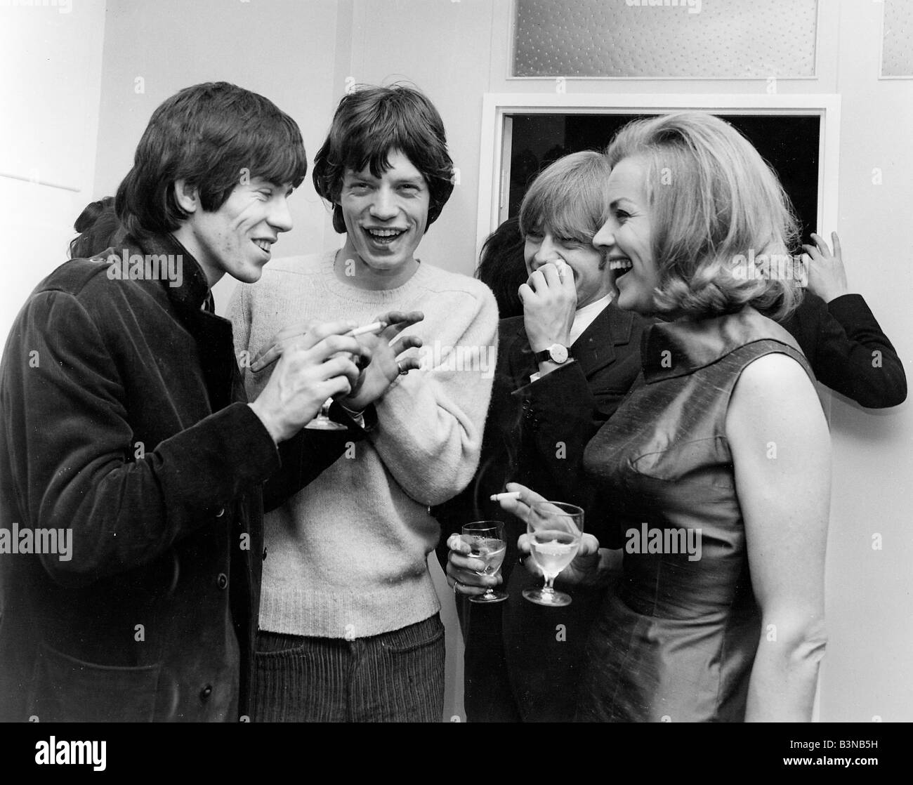 https://c8.alamy.com/comp/B3NB5H/rolling-stones-richard-jagger-and-jones-with-actress-honor-blackman-B3NB5H.jpg