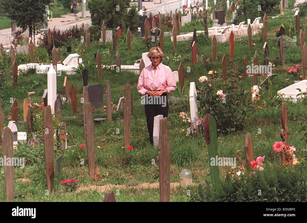Princess Diana In Bosnia August 1997 Standing Alone In A Graveyard