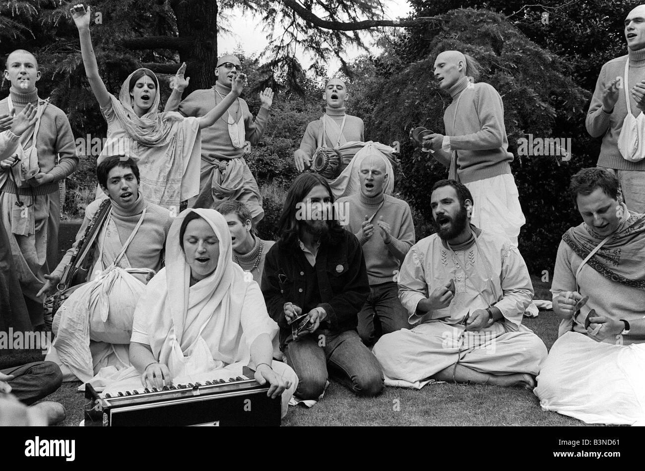 George Harrison Radha Krishna Temple August 1969 George with members of the 12 strong Radha Krishna Temple at a - Stock Image