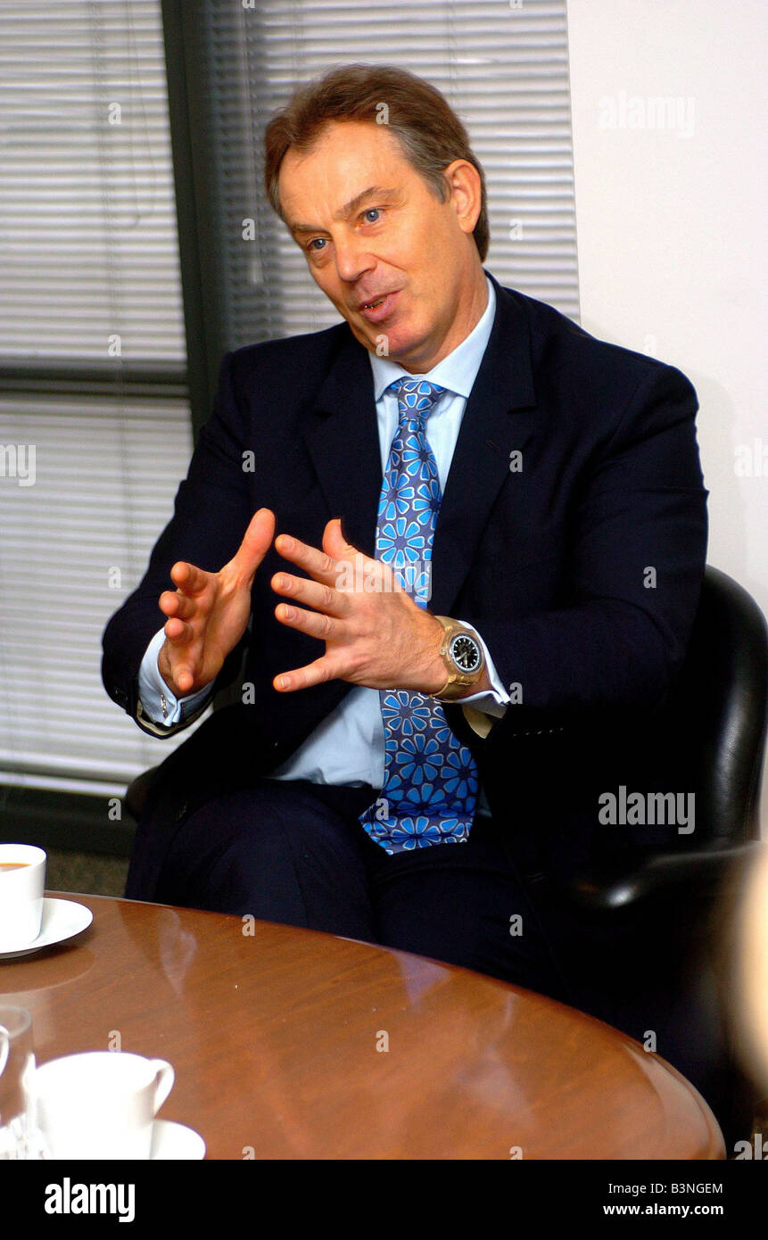 Prime Minister Tony Blair visits the Daily Mirror HQ in Canary Wharf December 2004 Stock Photo