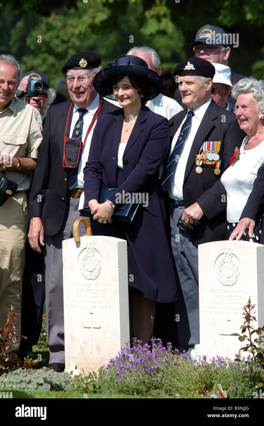 Daily Mirror Rota Picture D Day Remembrance Ceremony at Bayeux Cemetery June 2004 Normandy France CHERIE BLAIR POSES - Stock Image