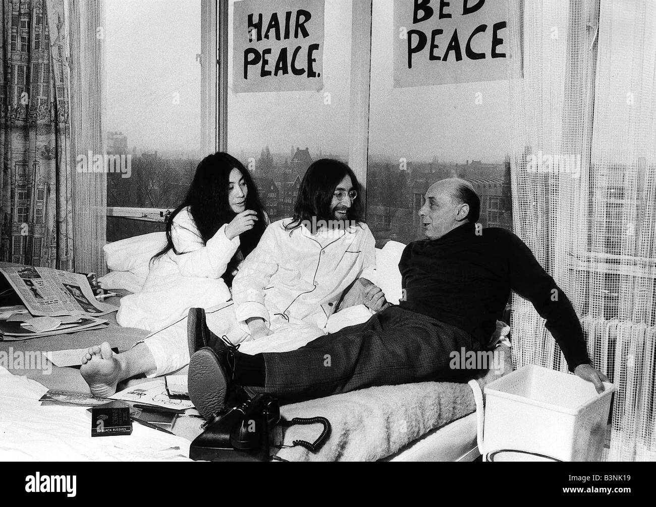 John Lennon Of The Beatles In Bed With Yoko Ono At The Hilton Hotel Stock Photo Alamy