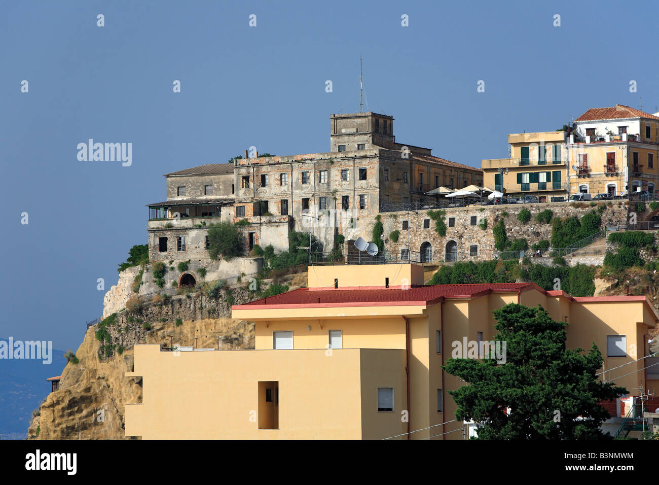 Stadtpanorama mit Castello Aragonese in Pizzo, Kalabrien, Italien Stock Photo
