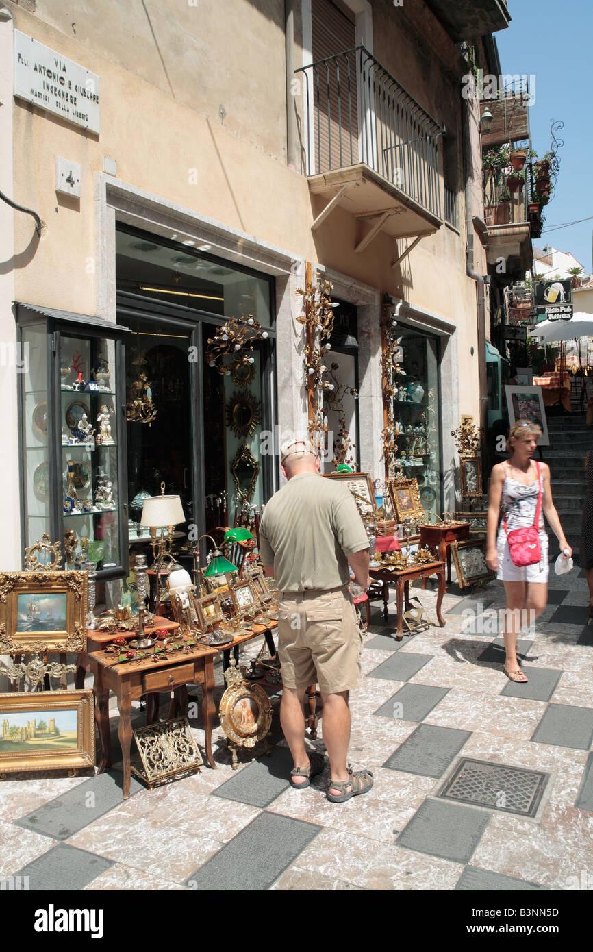 Touristen vor einem Andenkenladen in Taormina, Sizilien, Italien - Stock Image