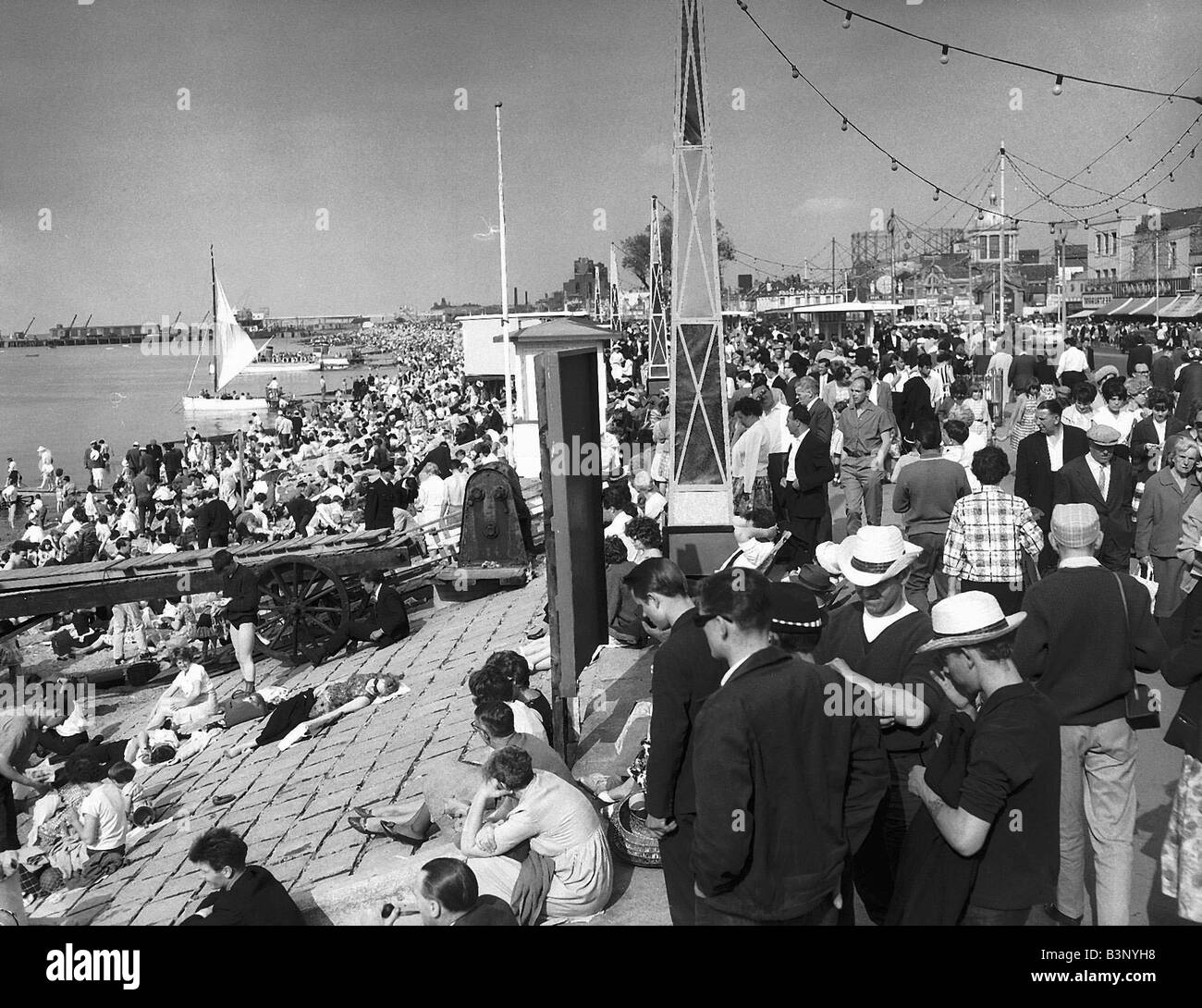 The Crowded Beaches at Southend For the British the seaside has always been the favourite holiday destination so - Stock Image