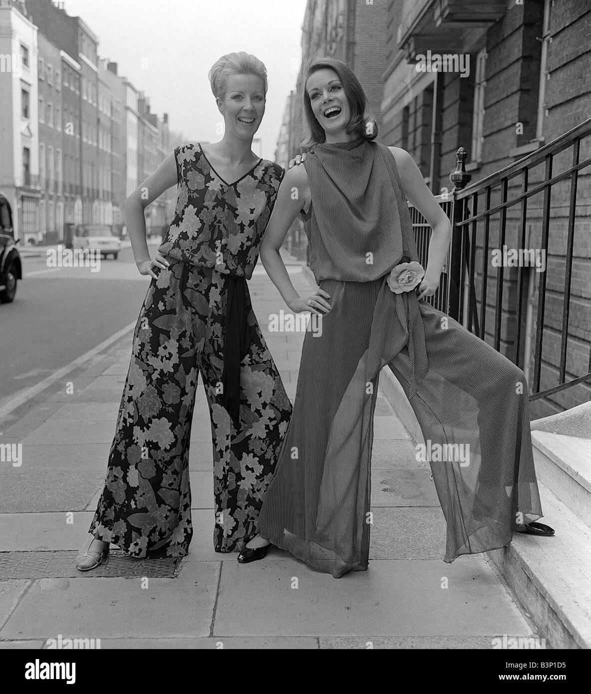 Swinging Sixties Collection Fashion Fashion shoot in London Models Norma Swift L and Alexis Drury Two women wearing - Stock Image
