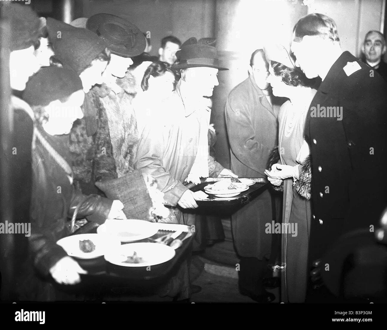 King George VI and Queen Mother visit Sheffield 1941 during WW2 - Stock Image