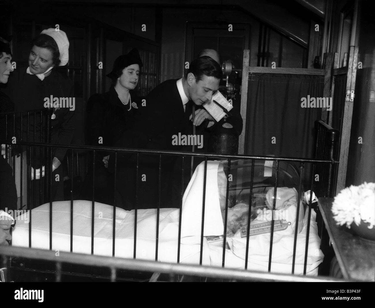 WW2 Air Raid Damage King and Queen at Children s Hospital - Stock Image