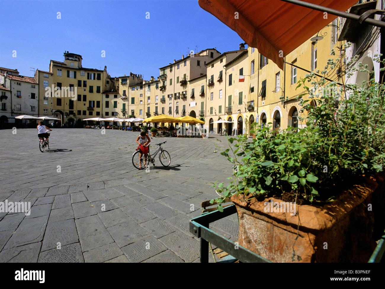 Piazza del Anfiteatro, Piazza Mercato, Ampitheatre, Lucca, Tuscany, Italy, Europe - Stock Image