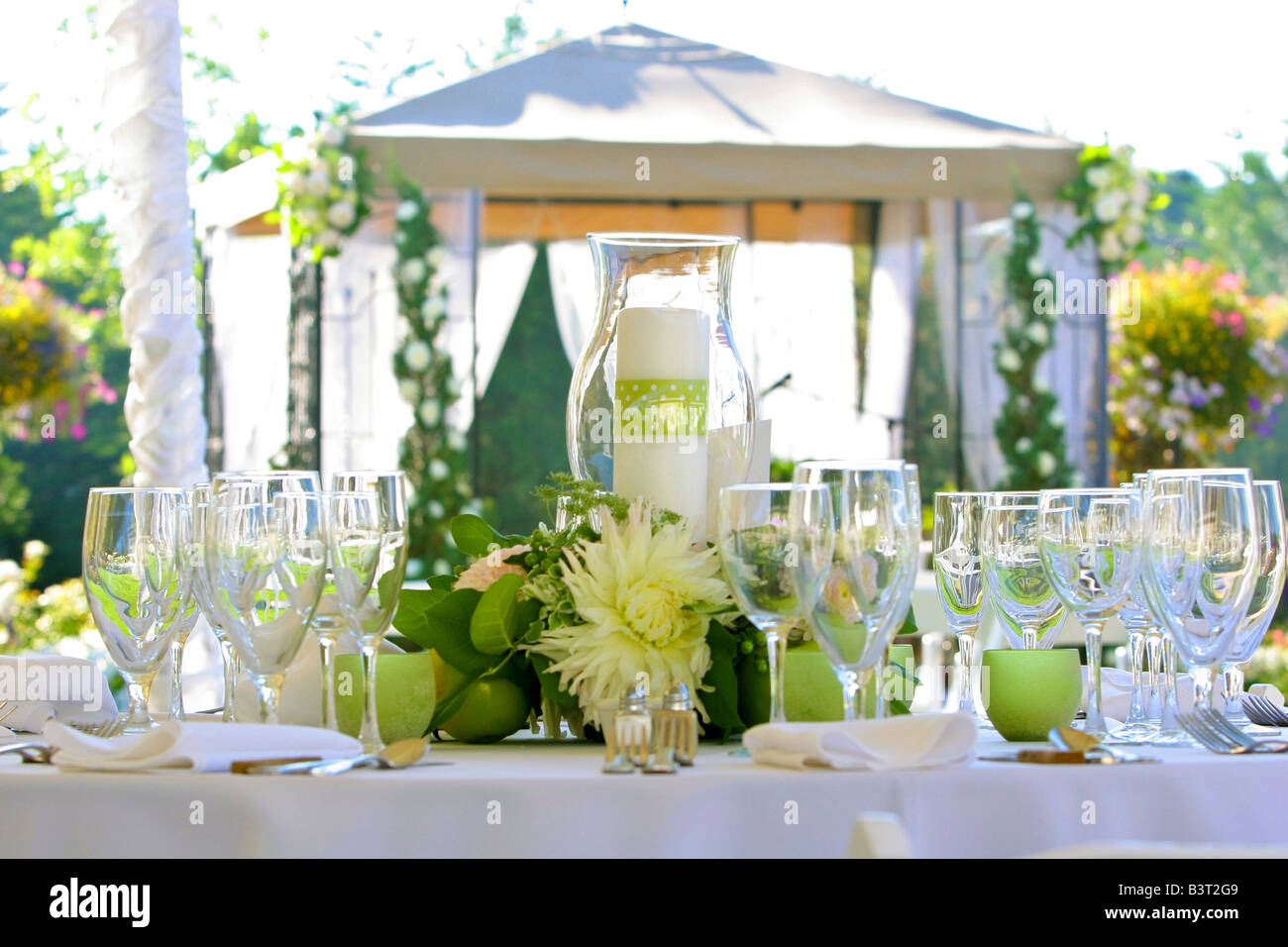 Formal place settings on outdoor table - Stock Image