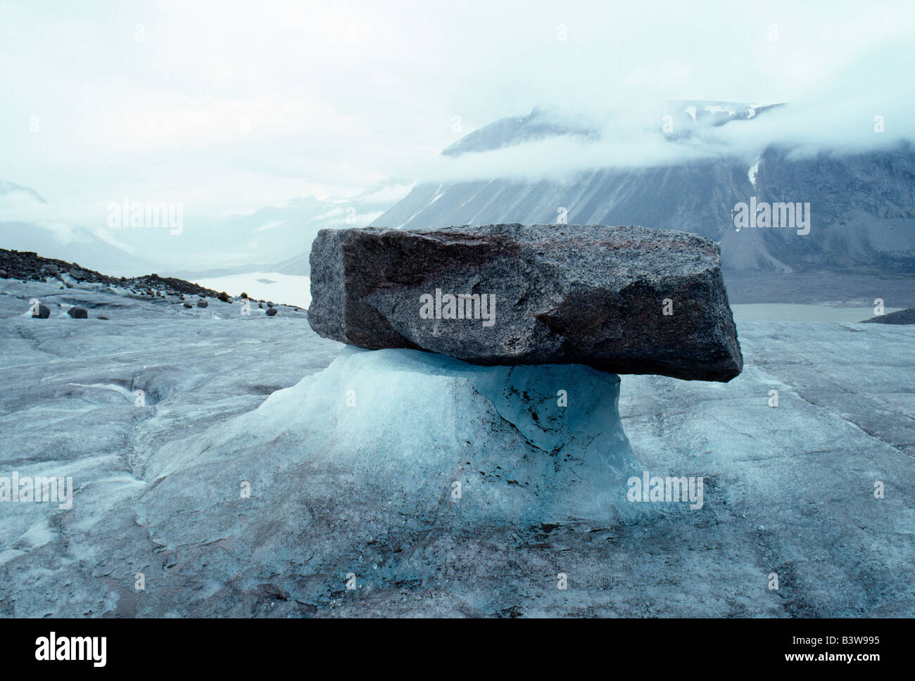 ROCK & ICE, VIEW FROM TURNER GLACIER TO GLACIER LAKE BELOW, AUYUITTUQ NATIONAL PARK, BAFFIN ISLAND, NWT, NUNAVUT, - Stock Image