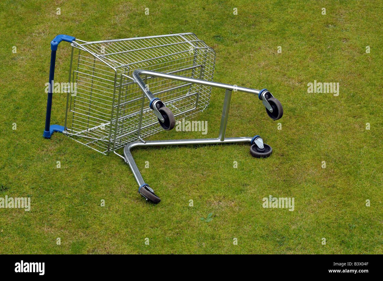 Discarded shopping trolley - Stock Image