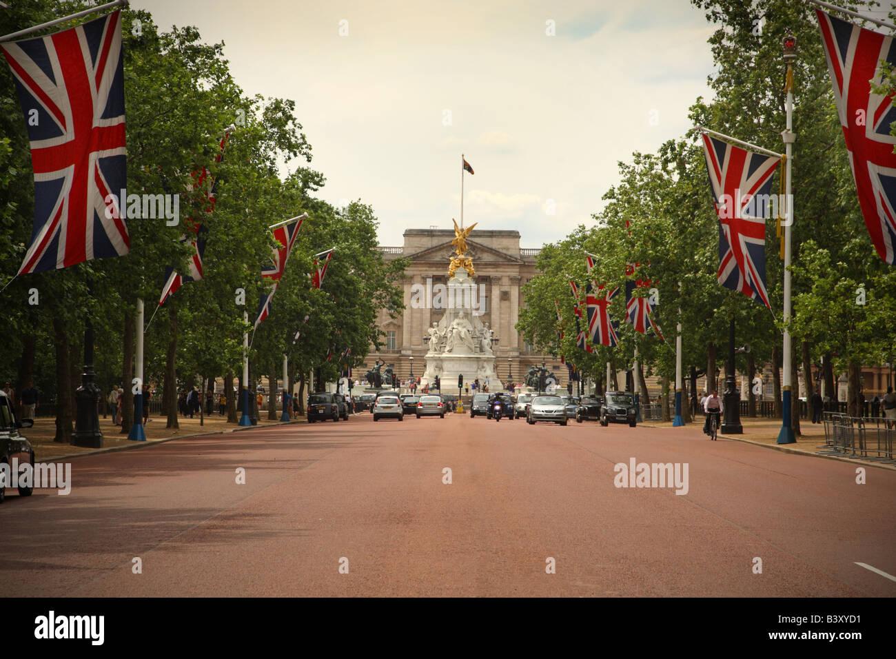 The Mall (road leading to Buckingham Palace), London, England - Stock Image