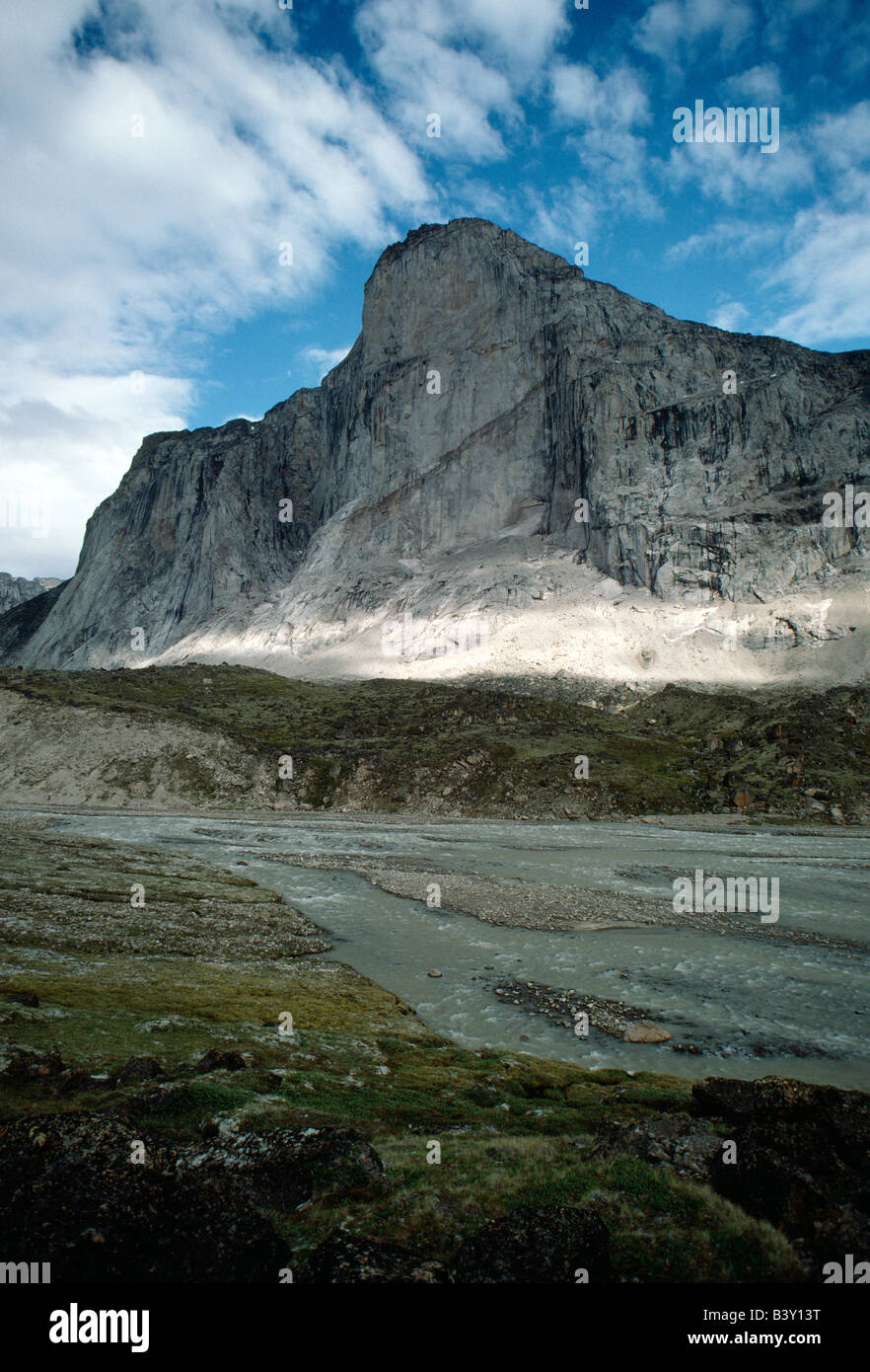 Dappled light on mountains and the Weasel River, Auyuittuq National Park, Baffin Island, Nunavut, Canada - Stock Image