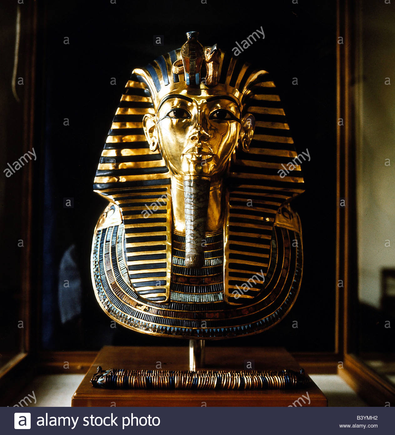 tutankhamen death This biography traces tutankhamun's life from birth to burial, analyzing his parentage, childhood, reign, death and burial tutankhamen: the life and death of the boy-king by christine el mahdy the author is an egyptologist.