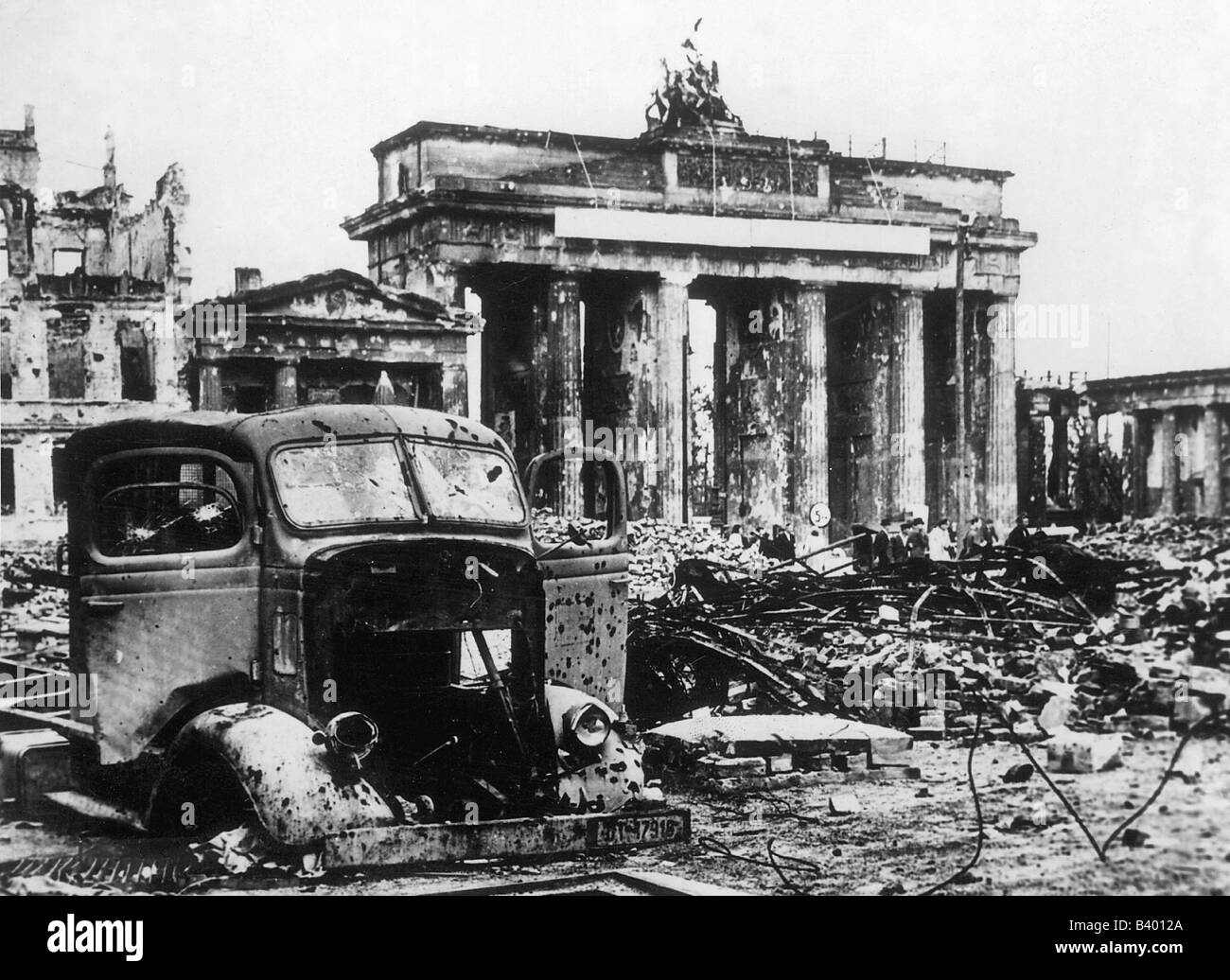 HISTORY IN PICTURES: BE THERE: Images Of War, History ...  |Brandenburg Gate Ww2